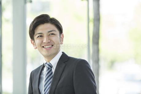 笑顔の日本人ビジネスマンの写真素材 [FYI02510704]