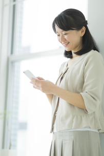 スマートフォンを見る女性の写真素材 [FYI02510710]