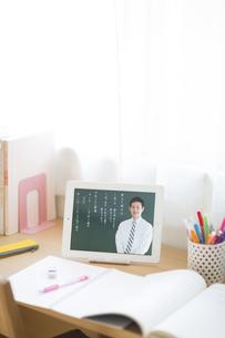 タブレットPCを使用した中高生の勉強机の写真素材 [FYI02510726]