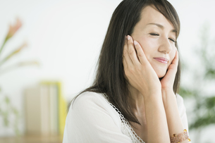40代日本人女性の美容イメージの写真素材 [FYI02510742]
