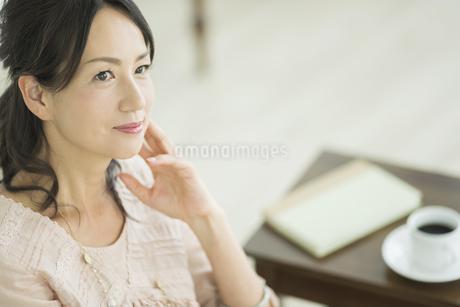 考える40代女性の写真素材 [FYI02510748]