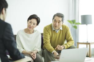 商談をするシニア夫婦とビジネスマンの写真素材 [FYI02510789]