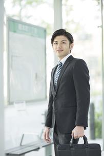 通勤をするビジネスマンの写真素材 [FYI02510792]