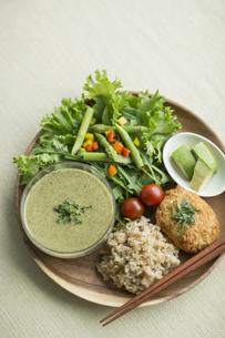 玄米ごはんの入ったワンプレート料理の写真素材 [FYI02510796]