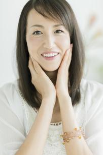 40代日本人女性の美容イメージの写真素材 [FYI02510810]
