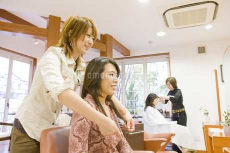 仕上がりを確認する日本人美容師の写真素材 [FYI02510823]