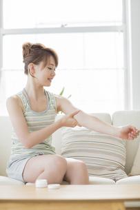 腕にクリームを塗る女性の写真素材 [FYI02510825]