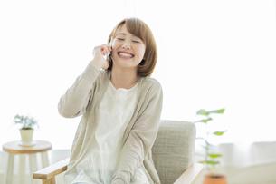 携帯電話で話す若い女性の写真素材 [FYI02510898]