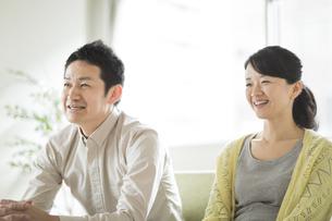 ソファーに座って会話をする夫婦の写真素材 [FYI02510937]
