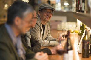 バーでワインを飲むシニア男性の写真素材 [FYI02510974]