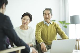商談をするシニア夫婦とビジネスマンの写真素材 [FYI02510983]