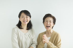 笑顔の母親と娘の写真素材 [FYI02511011]