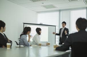 プロジェクターを使用した会議で説明をするビジネスマンの写真素材 [FYI02511013]