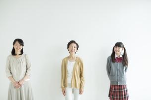 笑顔の三世代家族の写真素材 [FYI02511052]
