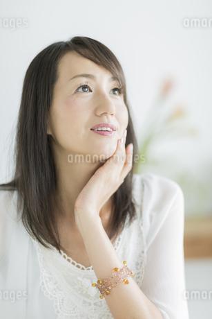40代日本人女性の美容イメージの写真素材 [FYI02511066]