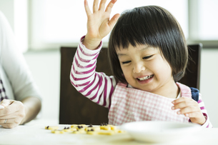 クッキー作りをする女の子の写真素材 [FYI02511123]
