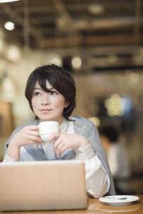 カフェで仕事をするビジネスウーマンの写真素材 [FYI02511134]
