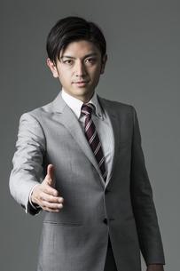 握手を求めるビジネスマンの写真素材 [FYI02511152]