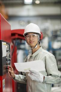 機械を操作する作業服の男性の写真素材 [FYI02511186]