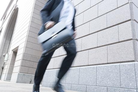 走るビジネスマンの写真素材 [FYI02511191]