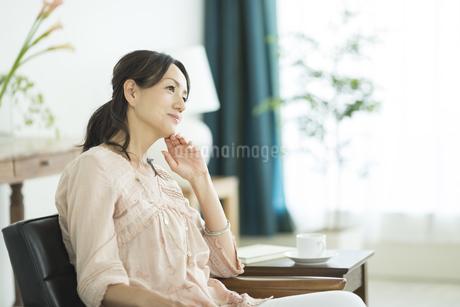 考える40代女性の写真素材 [FYI02511221]