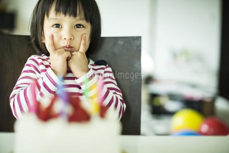 ケーキと女の子の写真素材 [FYI02511225]