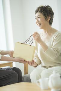 プレゼントを受け取るシニア女性の写真素材 [FYI02511235]