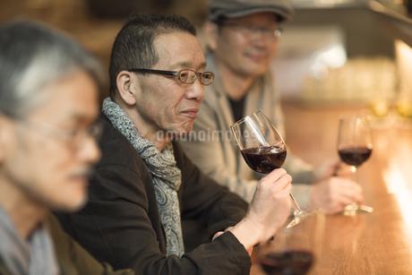 バーでワインを飲むシニア男性の写真素材 [FYI02511257]