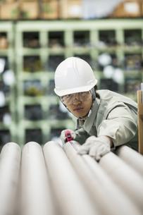 倉庫で働く作業服の男性の写真素材 [FYI02511278]