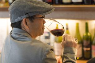 バーでワインを飲むシニア男性の写真素材 [FYI02511300]