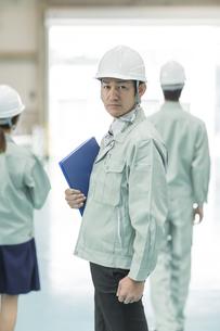 振り向く作業員男性の写真素材 [FYI02511316]
