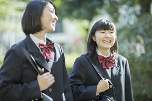 笑顔で通学をする女子高校生の写真素材 [FYI02511380]