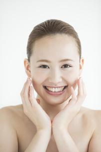日本人女性のスキンケアイメージの写真素材 [FYI02511425]