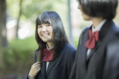 笑顔で通学をする女子高校生の写真素材 [FYI02511468]