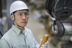 クレーンを操作する男性社員の写真素材 [FYI02511476]