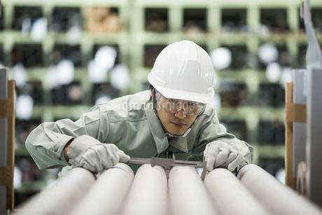倉庫で働く作業服の男性の写真素材 [FYI02511492]