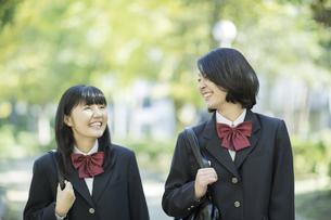 笑顔で通学をする女子高校生の写真素材 [FYI02511525]