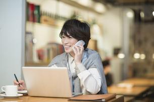 カフェで仕事をするビジネスウーマンの写真素材 [FYI02511543]