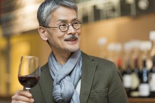 バーでワインを飲むシニア男性の写真素材 [FYI02511596]