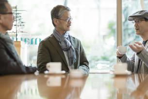 カフェで会話をするシニア男性の写真素材 [FYI02511597]