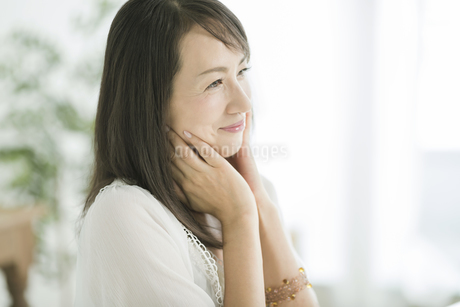 40代日本人女性の美容イメージの写真素材 [FYI02511611]