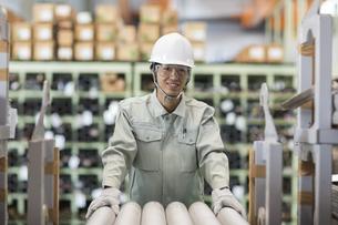 倉庫で働く作業服の男性の写真素材 [FYI02511617]