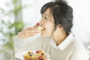 ケーキを食べる若い女性の写真素材 [FYI02511632]