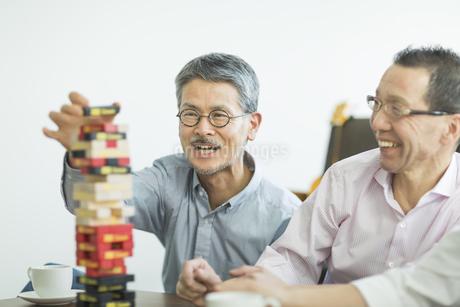 ゲームをして遊ぶシニア男性の写真素材 [FYI02511689]