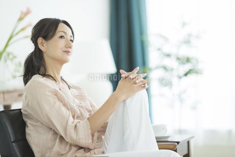 考える40代女性の写真素材 [FYI02511696]