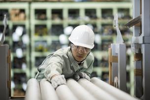 倉庫で働く作業服の男性の写真素材 [FYI02511707]