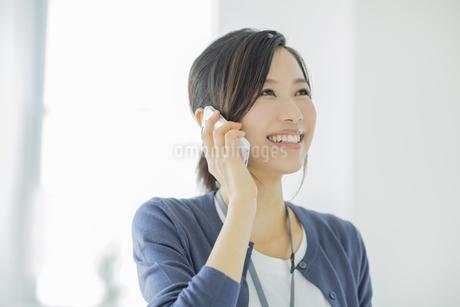 携帯電話で話すビジネスウーマンの写真素材 [FYI02511710]