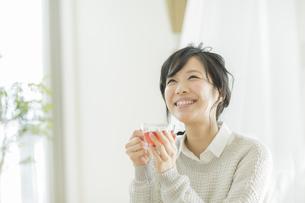 お茶を飲む若い女性の写真素材 [FYI02511718]