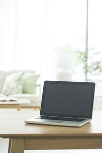 テーブルに置かれたノートパソコンの写真素材 [FYI02511741]