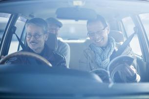 ドライブをするシニア男性の写真素材 [FYI02511778]